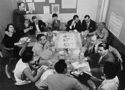 Alex Osborn et la grande époque du brainstorming. Une séance de brainstorm à BBDO New York à la fin des années 50. Au mur à droite, les règles de base (Brainstorm Ground Rules). À droite en bas, la sténotypiste qui enregistre toutes les idées.
